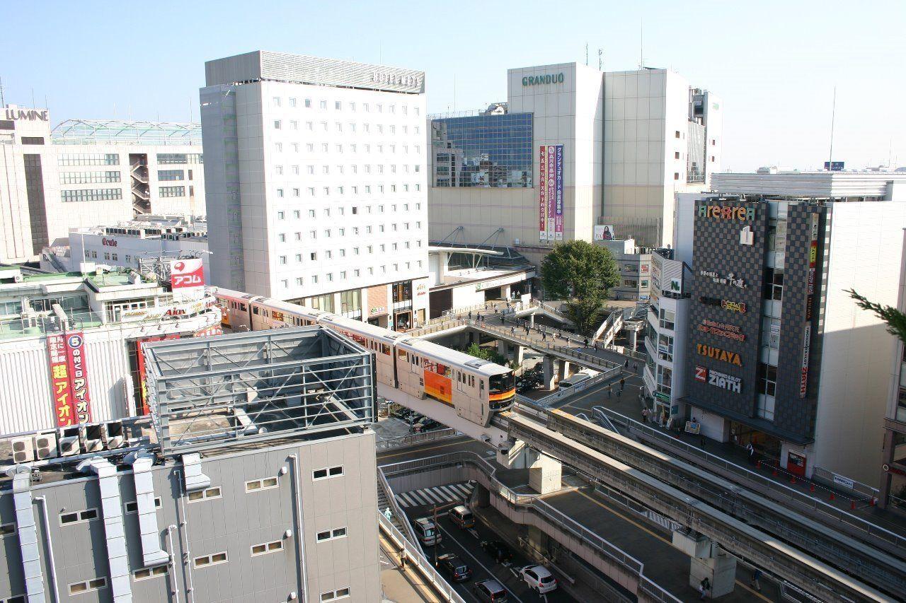 ターミナル駅として栄える駅前は様々な商業施設があって便利