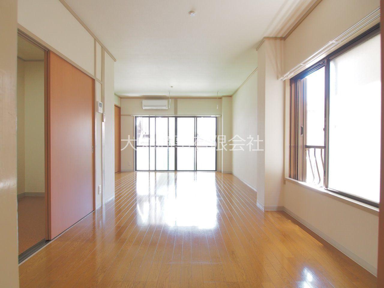 広々した12帖の洋室の床はフローリング敷
