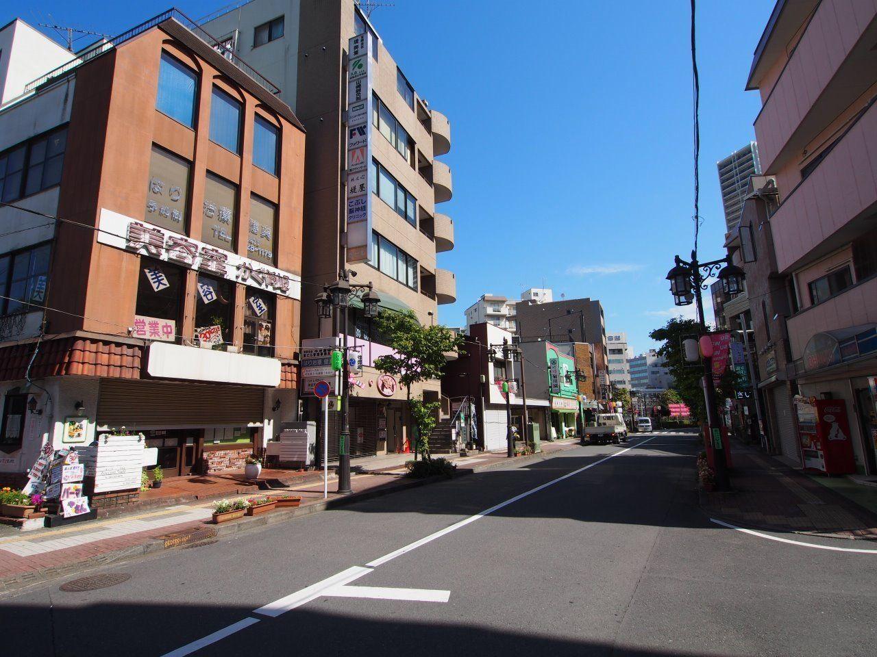 諏訪通り沿いには立川駅前から続く商店街があります