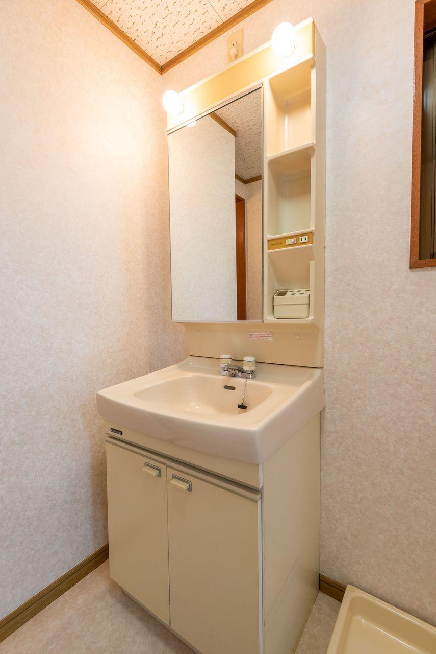 ミラーキャビネのある洗面台