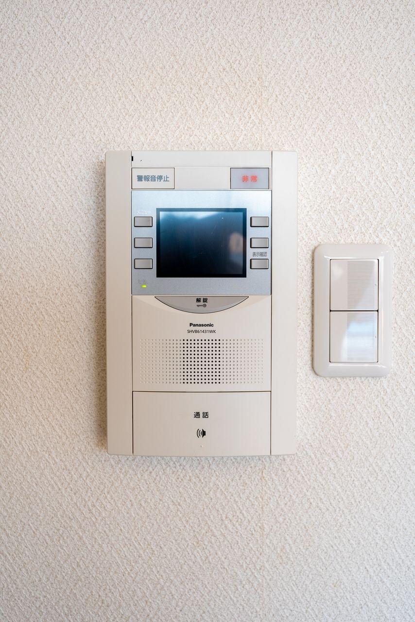 オートロックの解錠操作も行うモニター付受話器