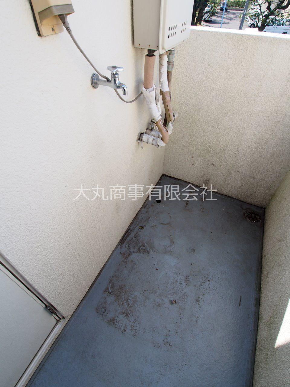 共用廊下にある洗濯機置場