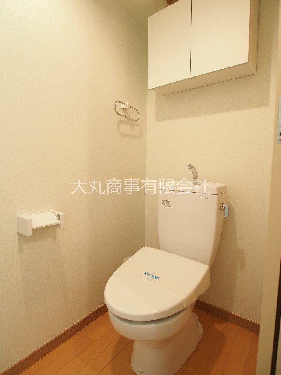 ウォーム便座付のトイレ。吊り棚もあるので便利。