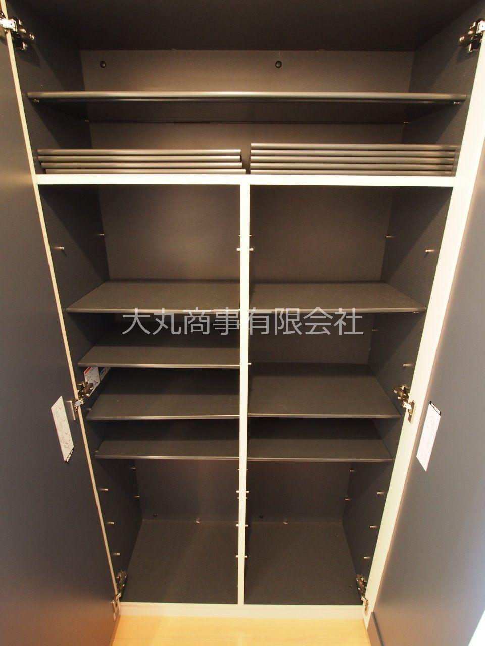 棚の位置を変えて、傘やブーツも楽に収納できます