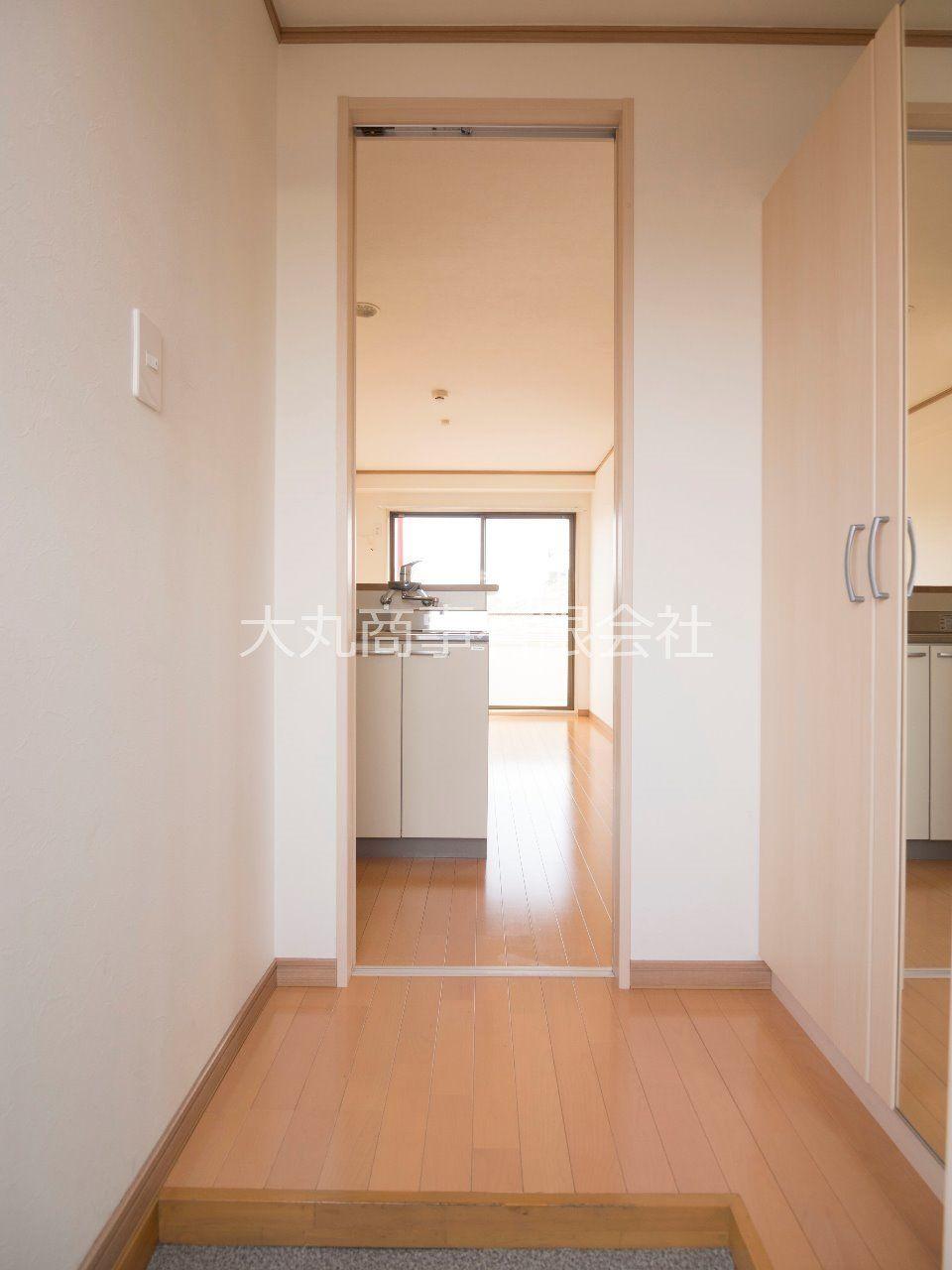 玄関と居室境には引戸があります
