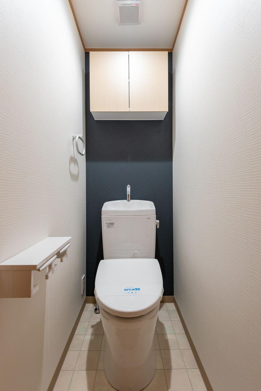 吊棚(収納)のあるトイレ