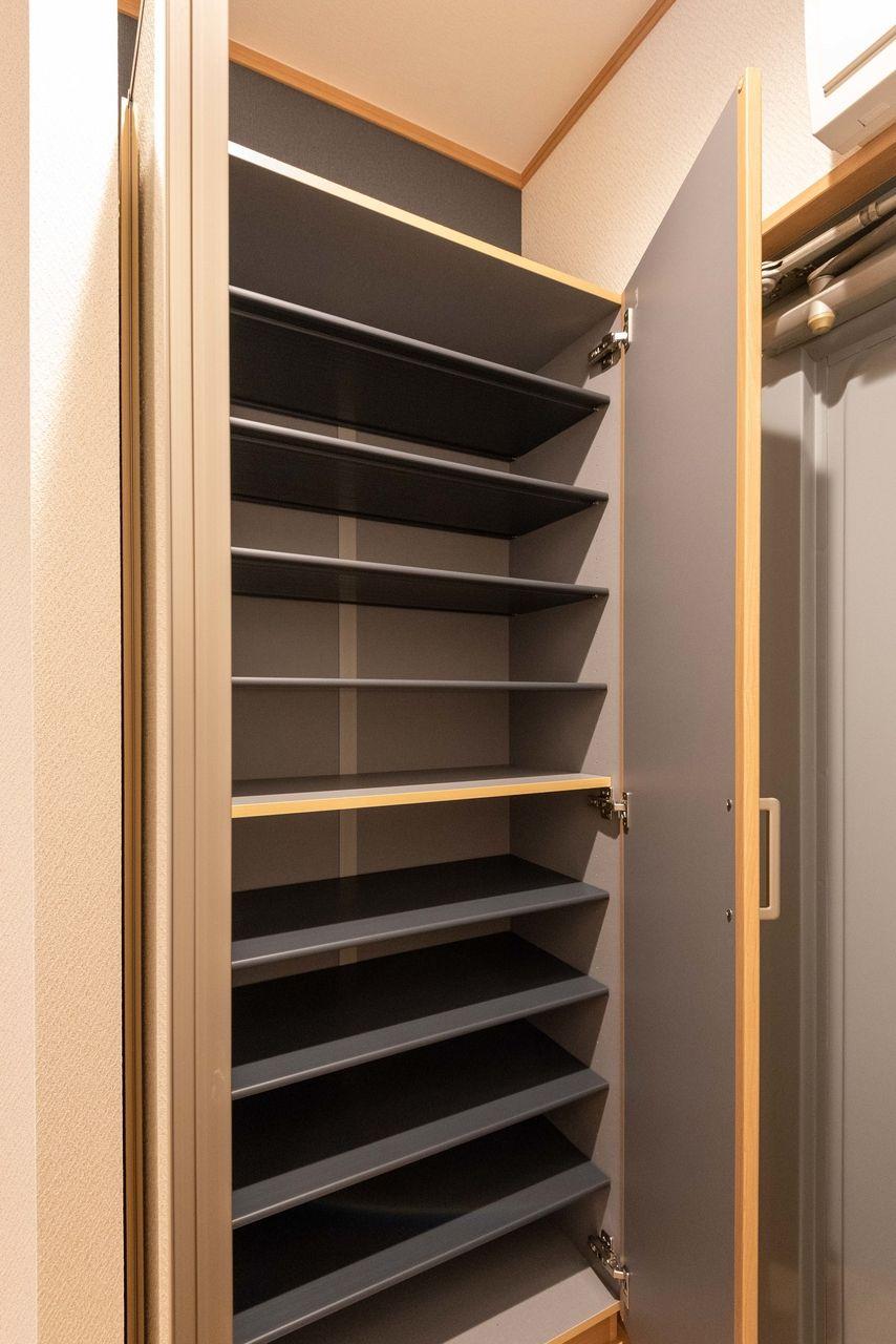 棚板は好きな高さに移動できるシューズボックス
