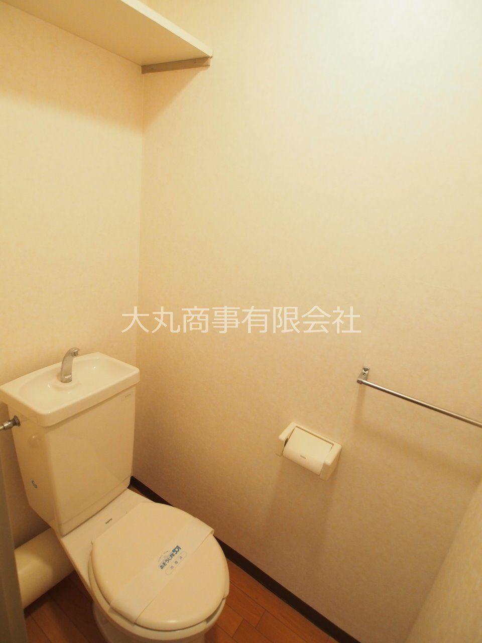 トイレ内にコンセントがあるので温水洗浄便座へ取替もできます