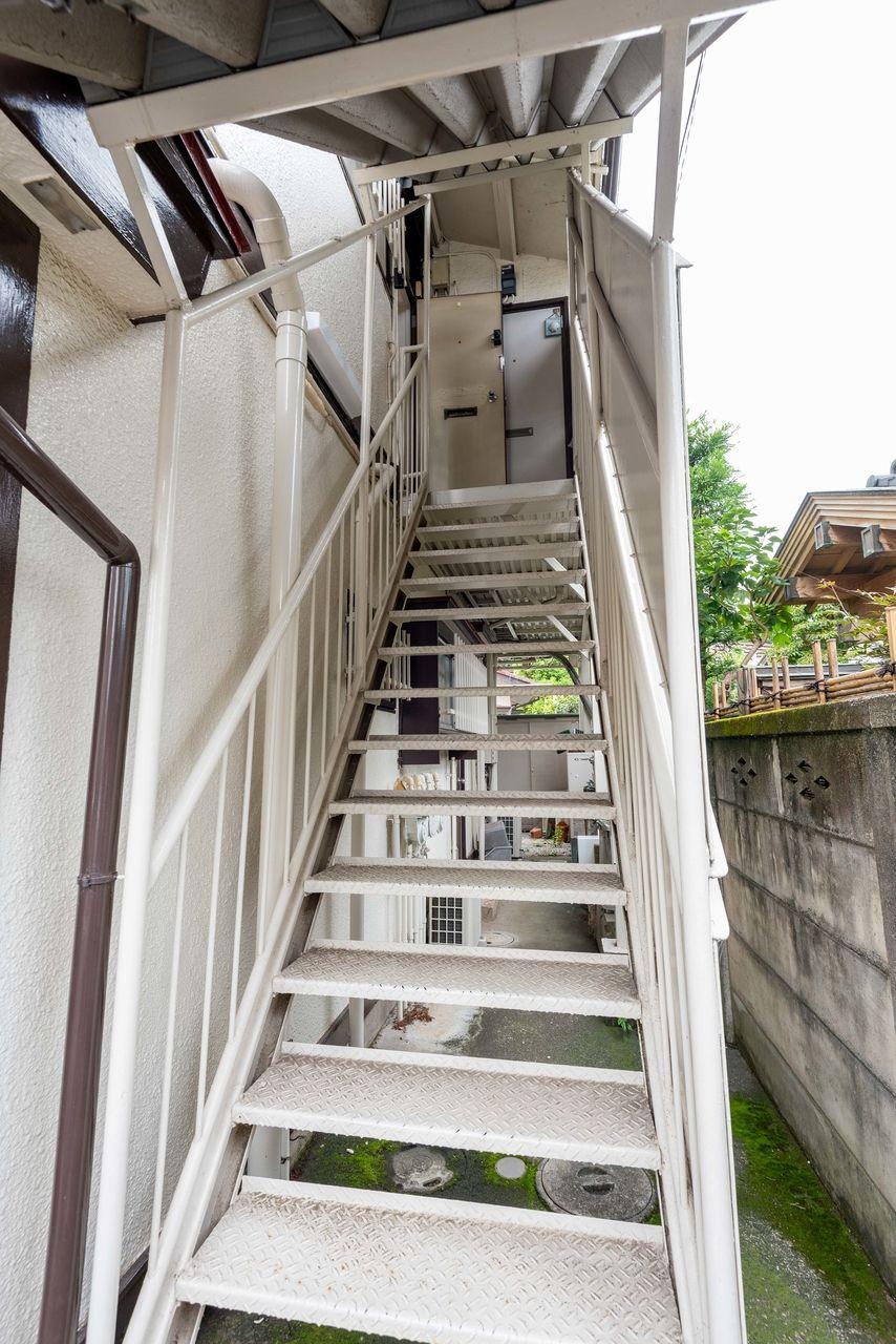 お部屋玄関口までのアプローチ階段