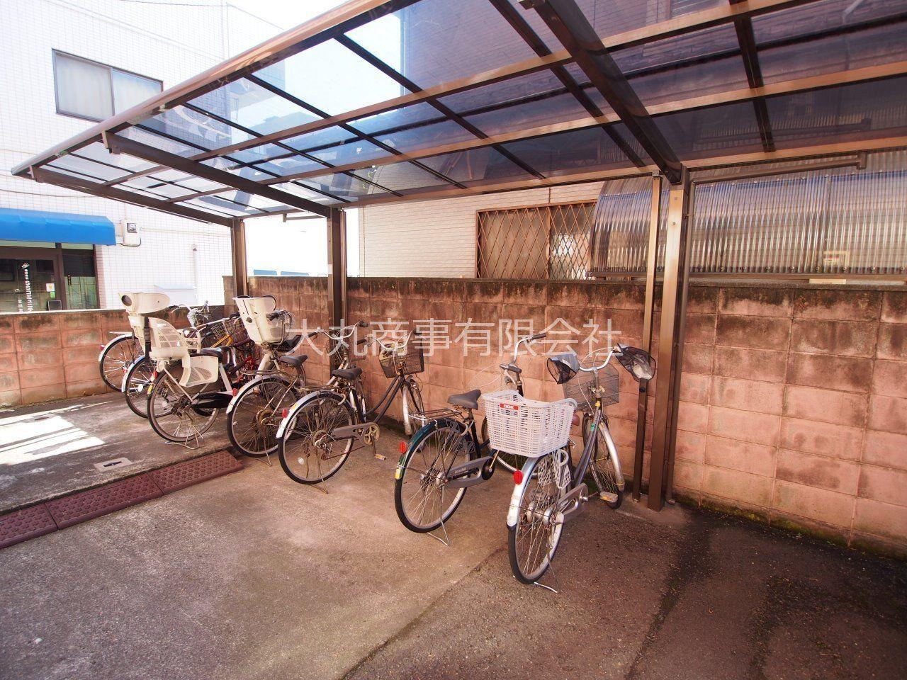 建物南側に屋根付きの自転車置場
