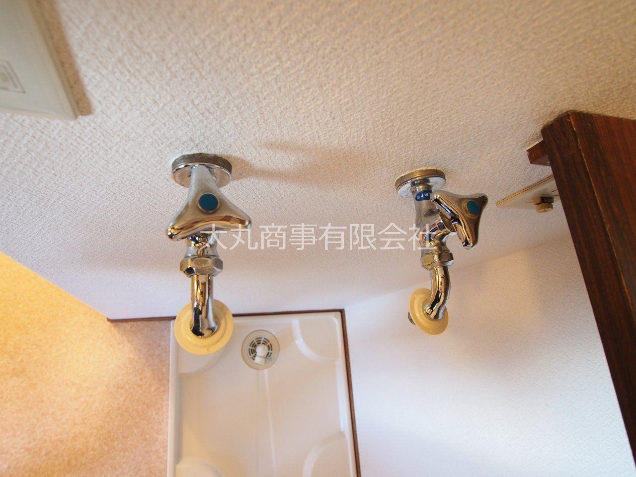 お湯専用の水栓のある洗濯機置場