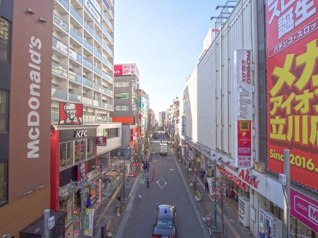 立川駅南口の商店街。この先にシャトレ柴崎館があります。