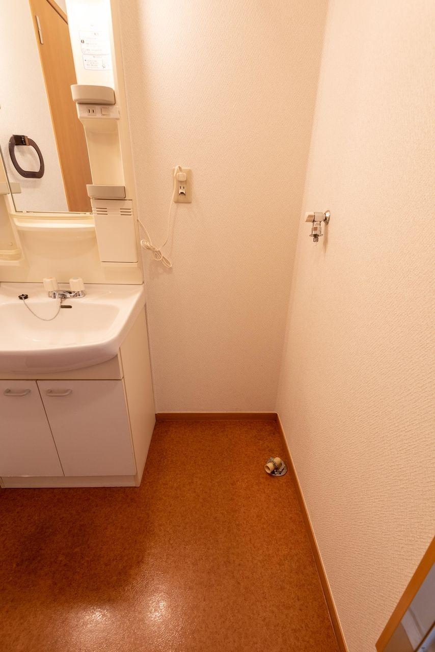 洗面台横の洗濯機置場