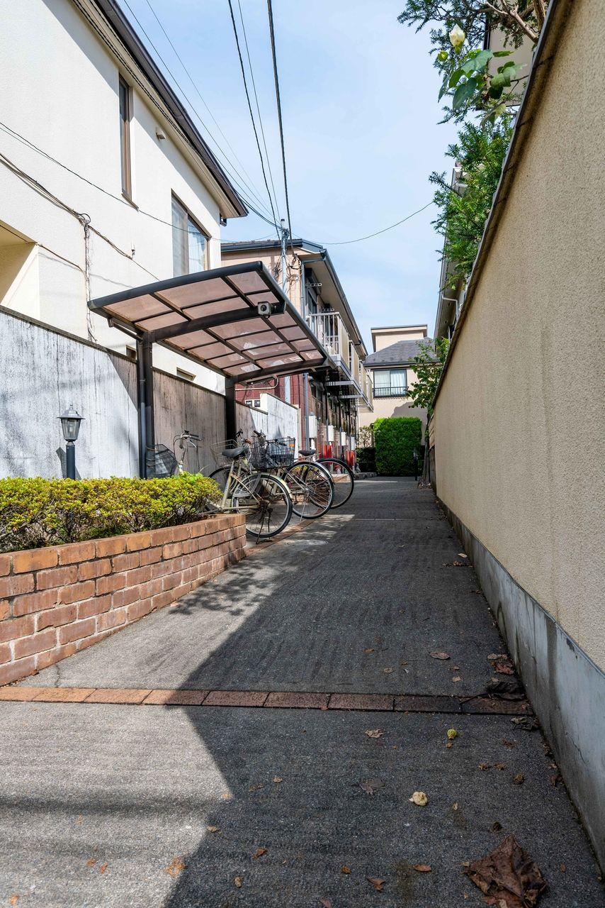 敷地入口から建物までのアプローチ