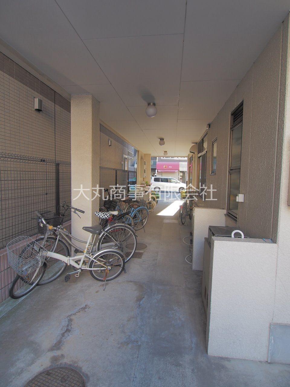 自転車置場は建物下にあるので雨でも濡れません