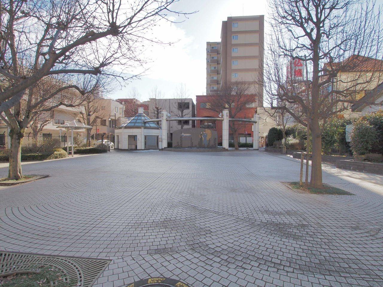 立川名画座のスクリーンを模したオブジェのある公園