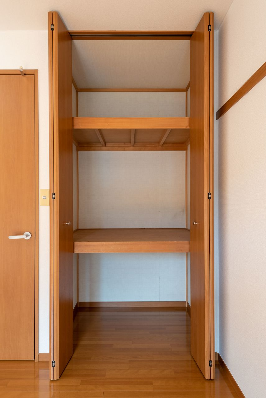 棚板と奥行きのある居室の収納