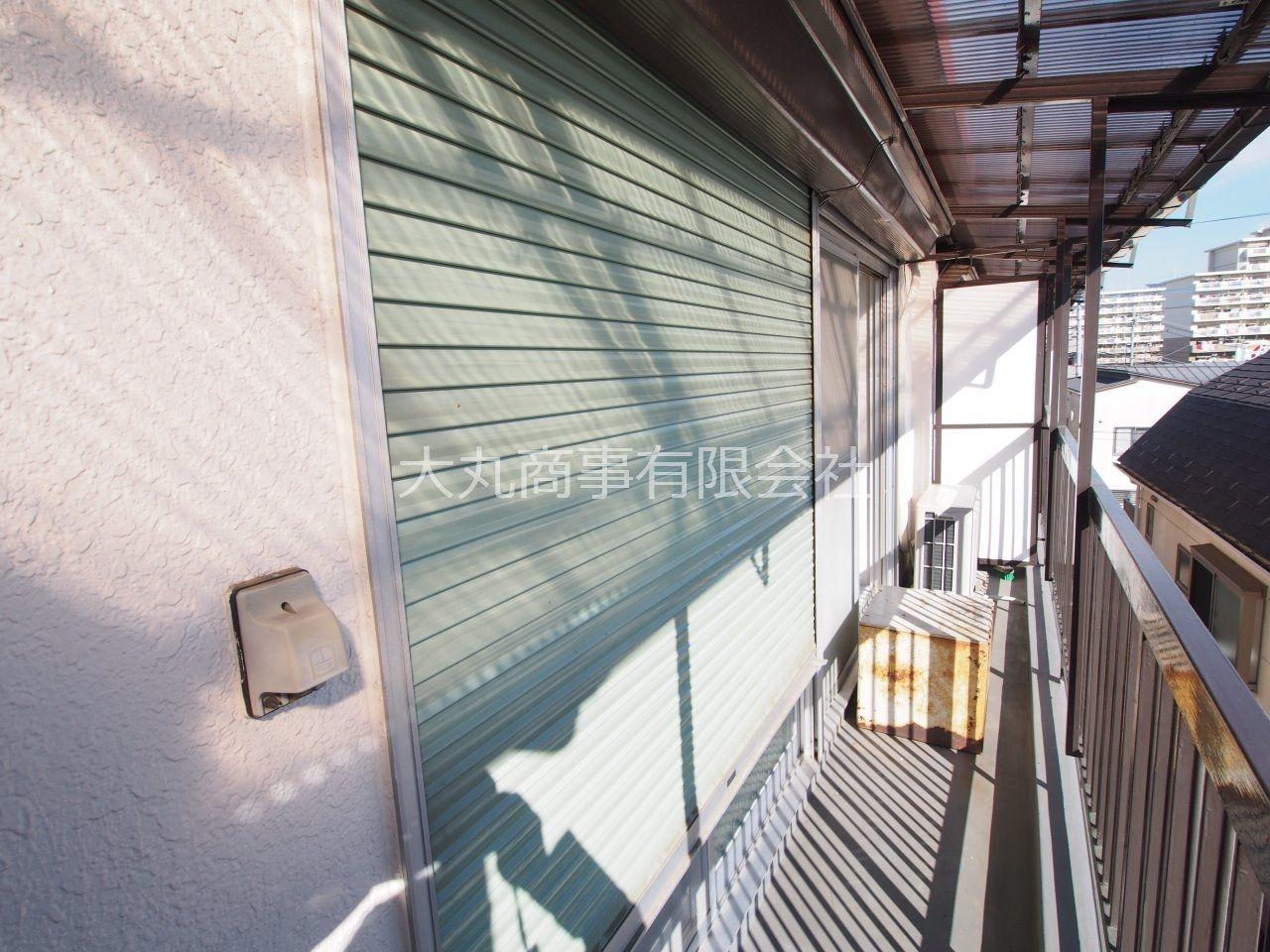 バルコニー側の窓にはシャッターあり