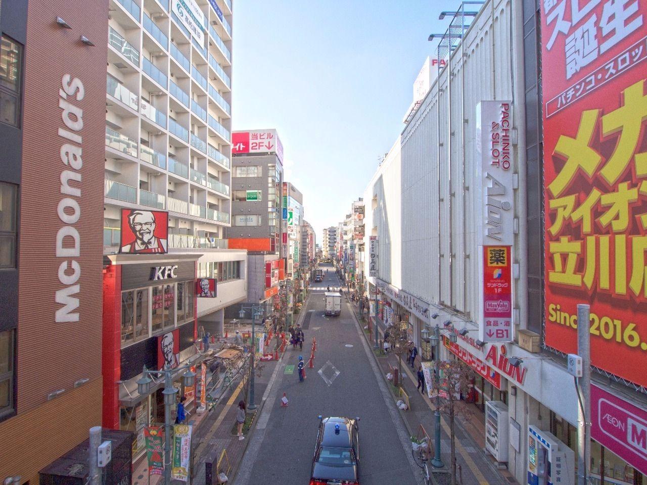 柴崎町へ向かう商店街のある通り