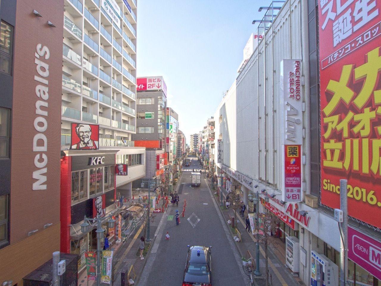 様々なお店が軒を連ねる柴崎町の諏訪通り