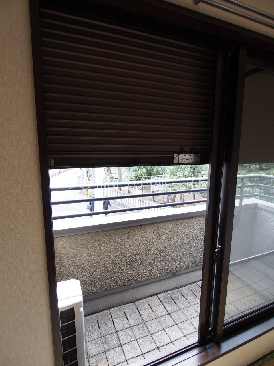 和室西側窓を除く全ての窓にはシャッター雨戸あり
