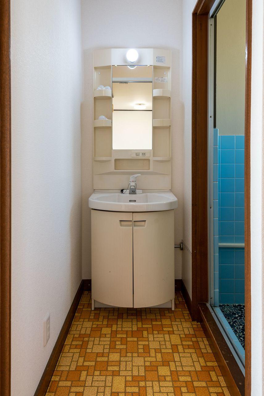 収納段のある鏡付洗面台