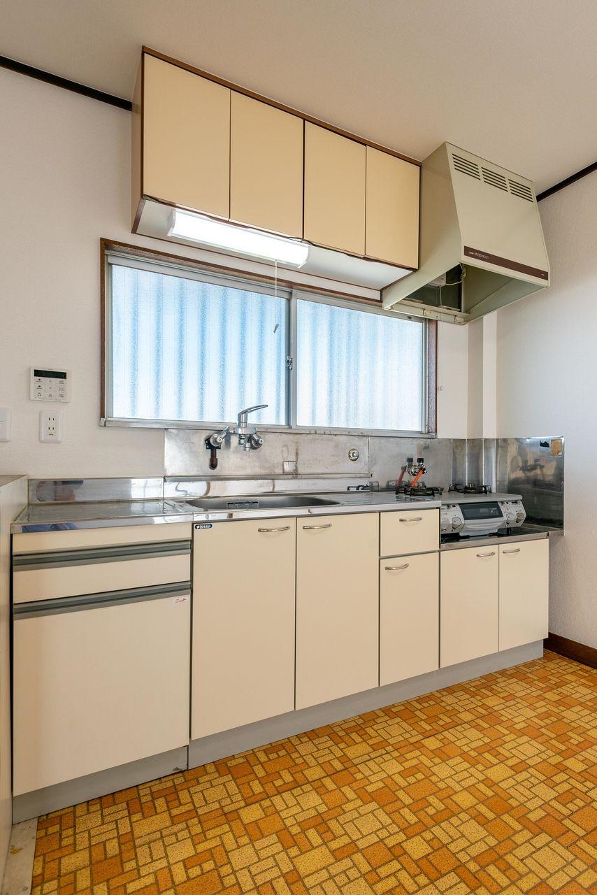 キッチン周りも片付く吊り棚付
