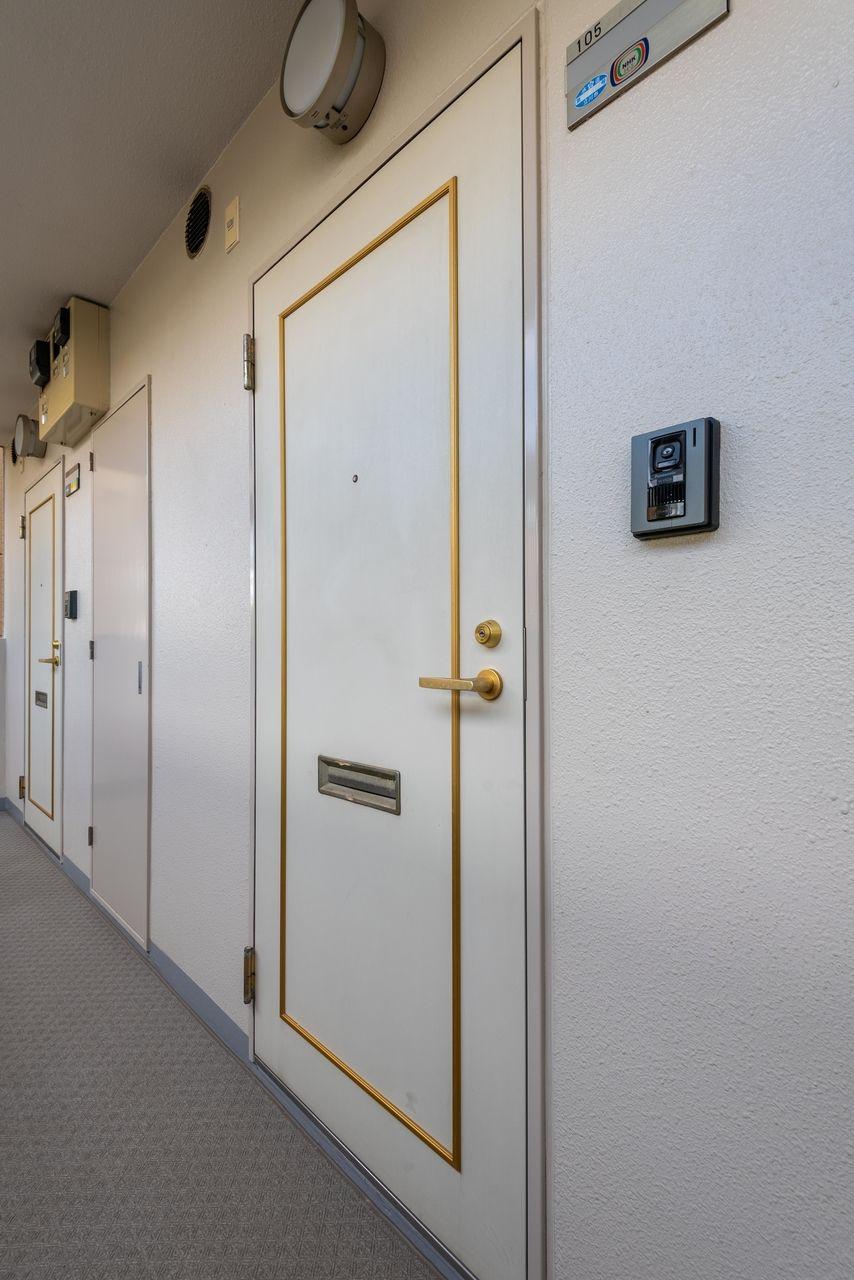 白基調のおしゃれな玄関扉