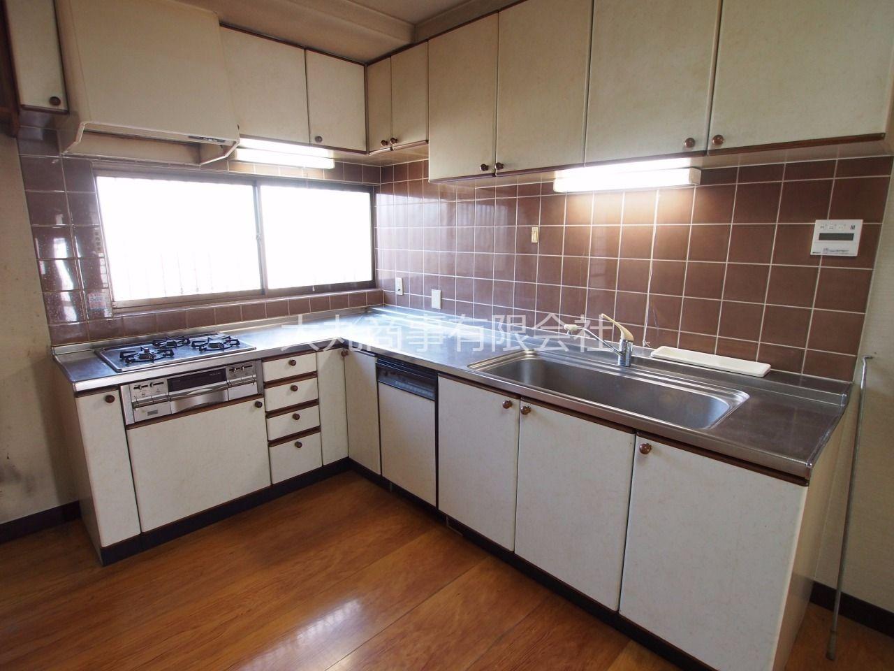 ビルトインガスコンロのあるL型キッチン