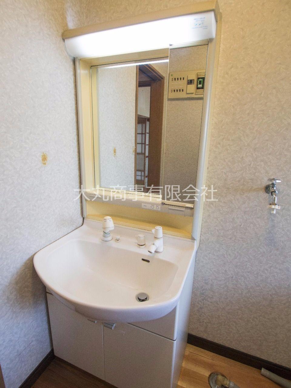 鏡と収納棚付洗面台