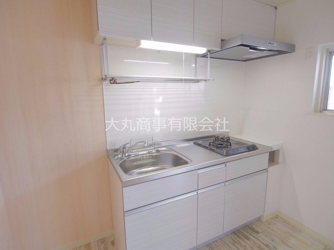 ビルトインコンロとレンジフートが特徴のキッチン