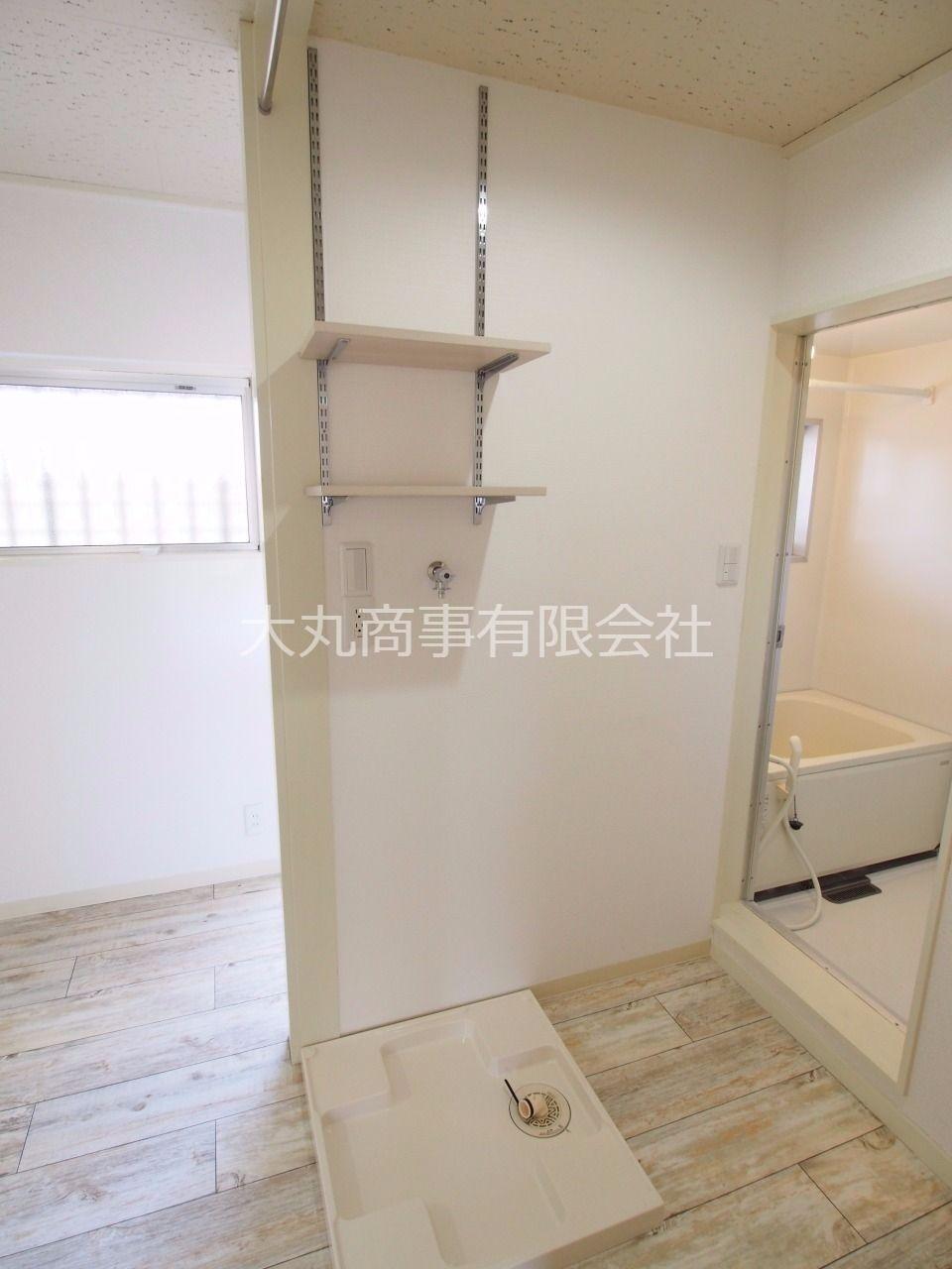 上部には可動棚のある室内洗濯機置場