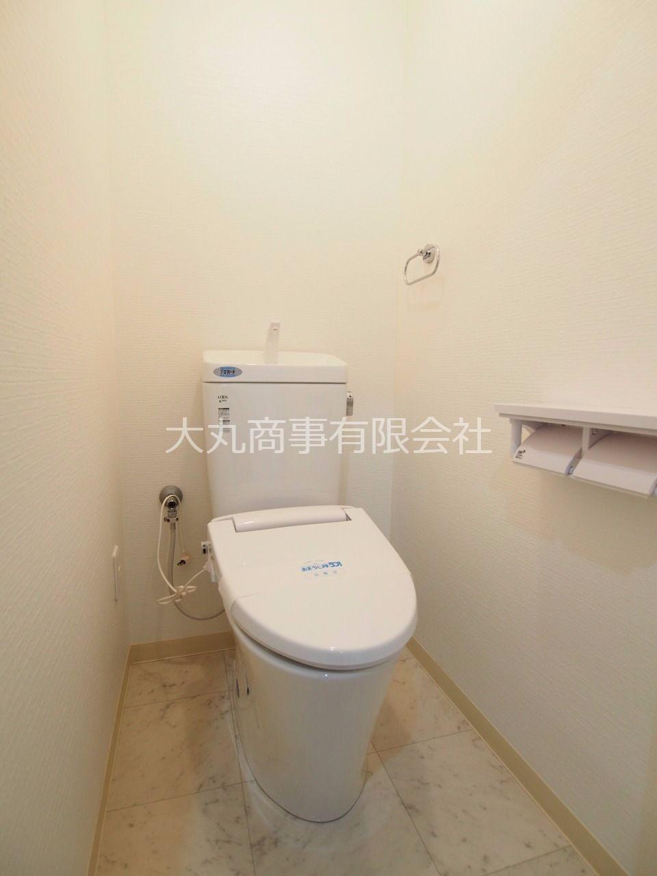トイレ内にはコンセントがあるので、温水洗浄便座に交換可能