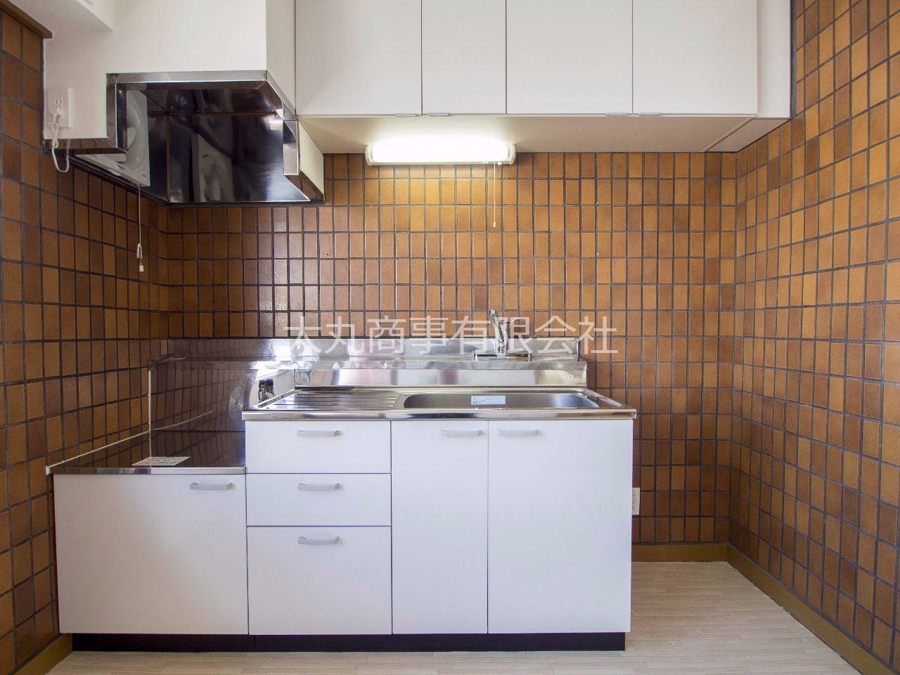 冷蔵庫置場も確保されたキッチンスペース