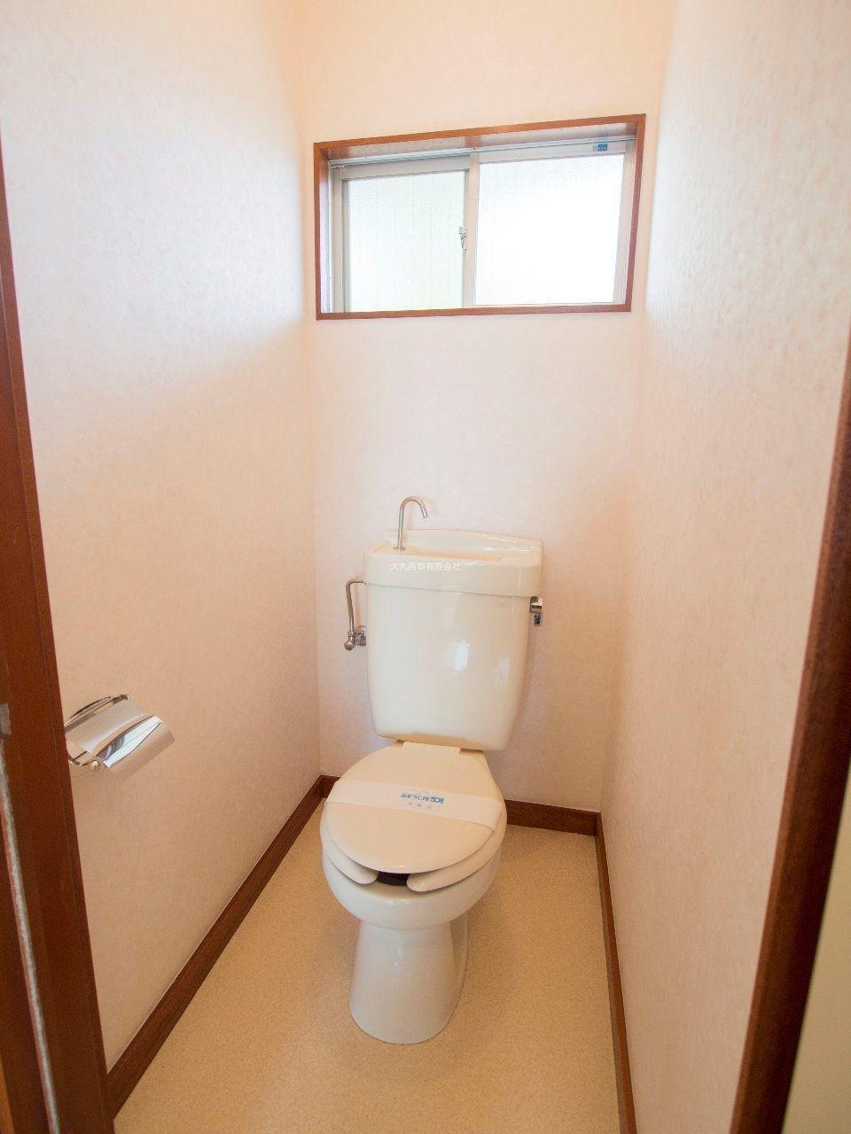 窓のある明るいトイレ