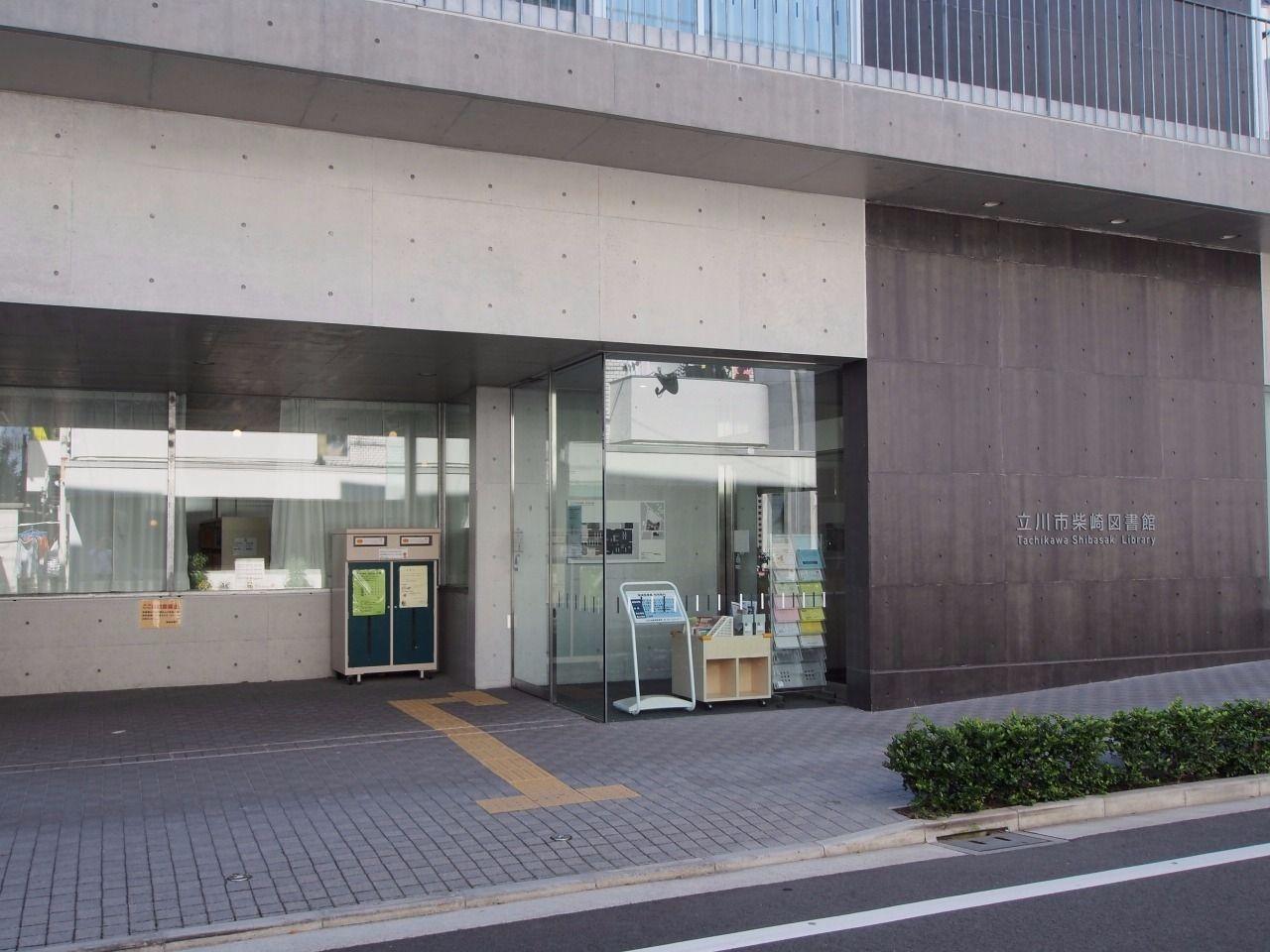 第一小学校と同じ建物内にある市立図書館