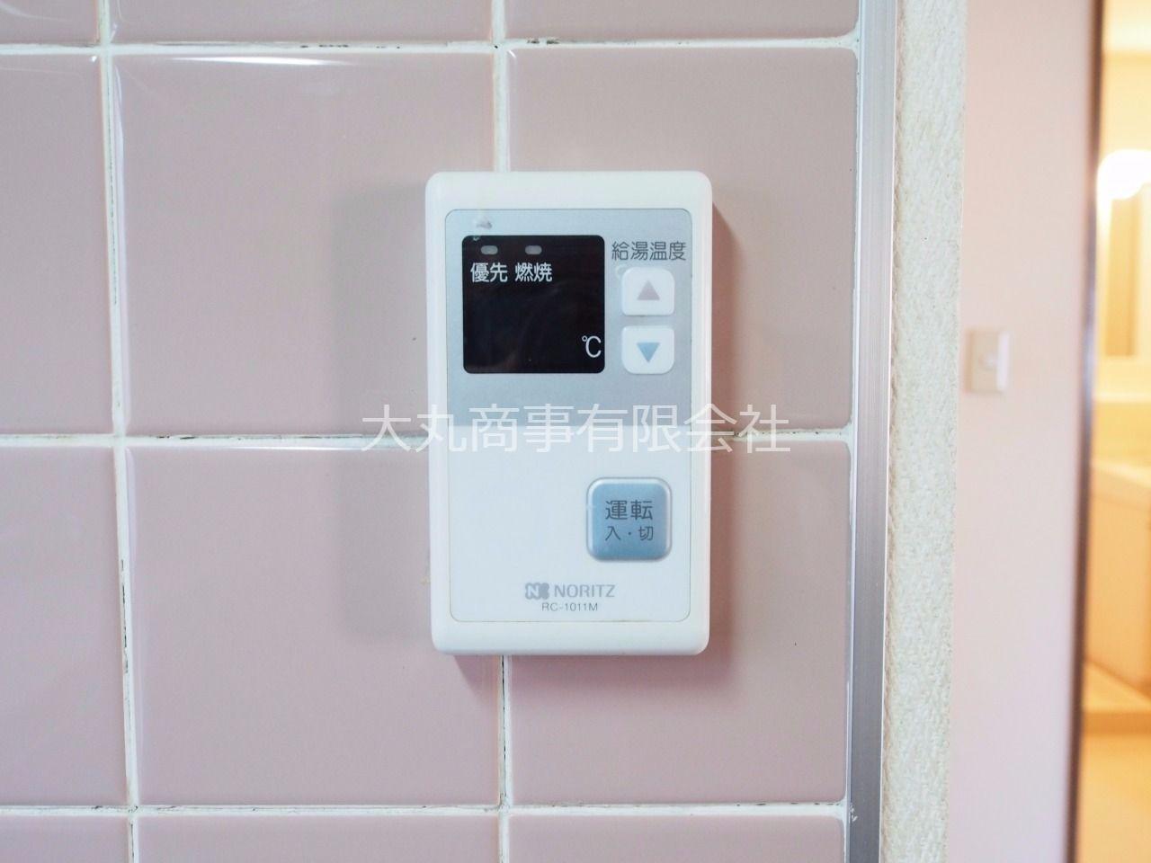 キッチン横の給湯器リモコン