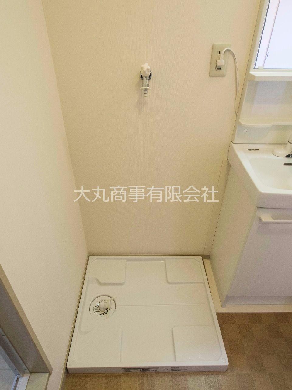 洗面台横の防水パン付洗濯機置場
