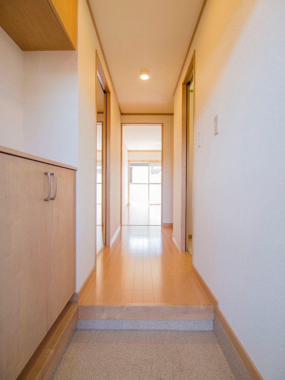 玄関と廊下にはダウンライトを設置