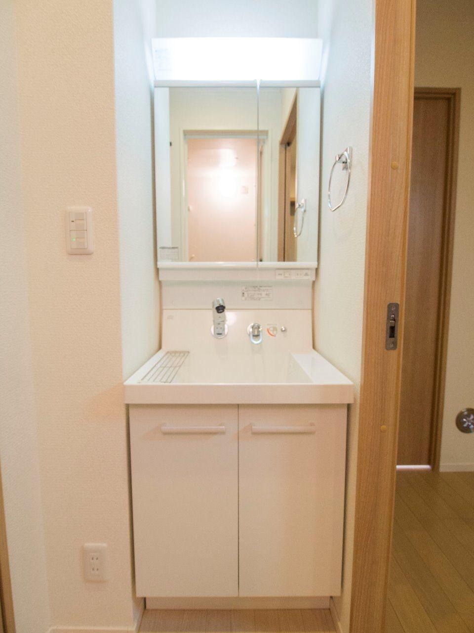 2面鏡になっている洗面化粧台はリクシル製