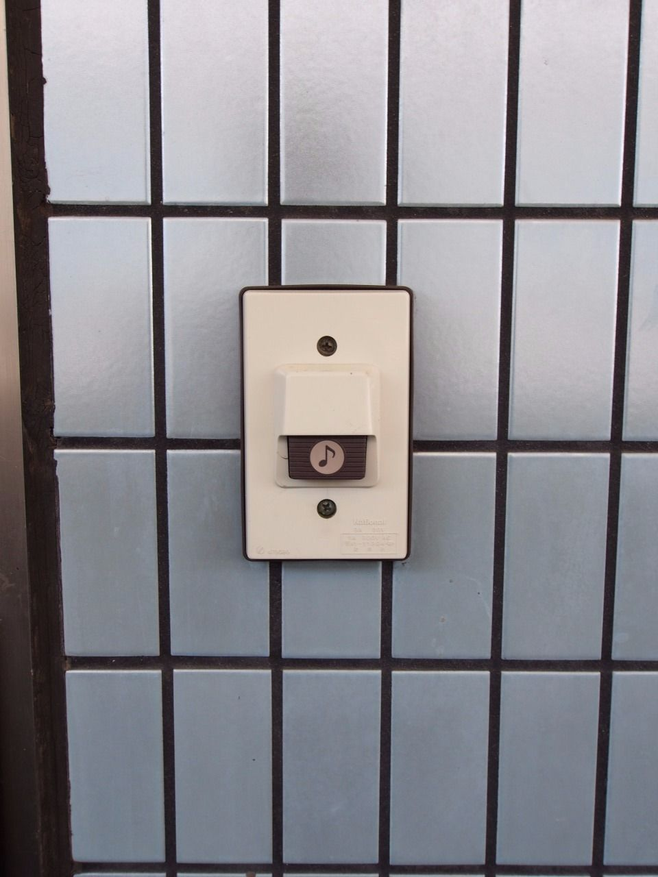 ドアをノックしなくてもよいチャイム設備