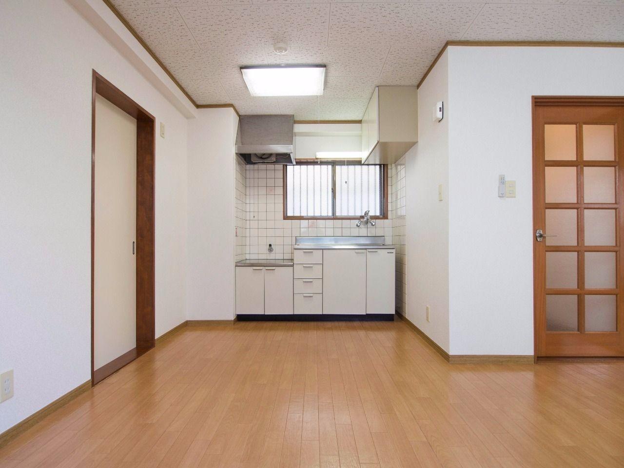 キッチン流し台の左側は冷蔵庫置場