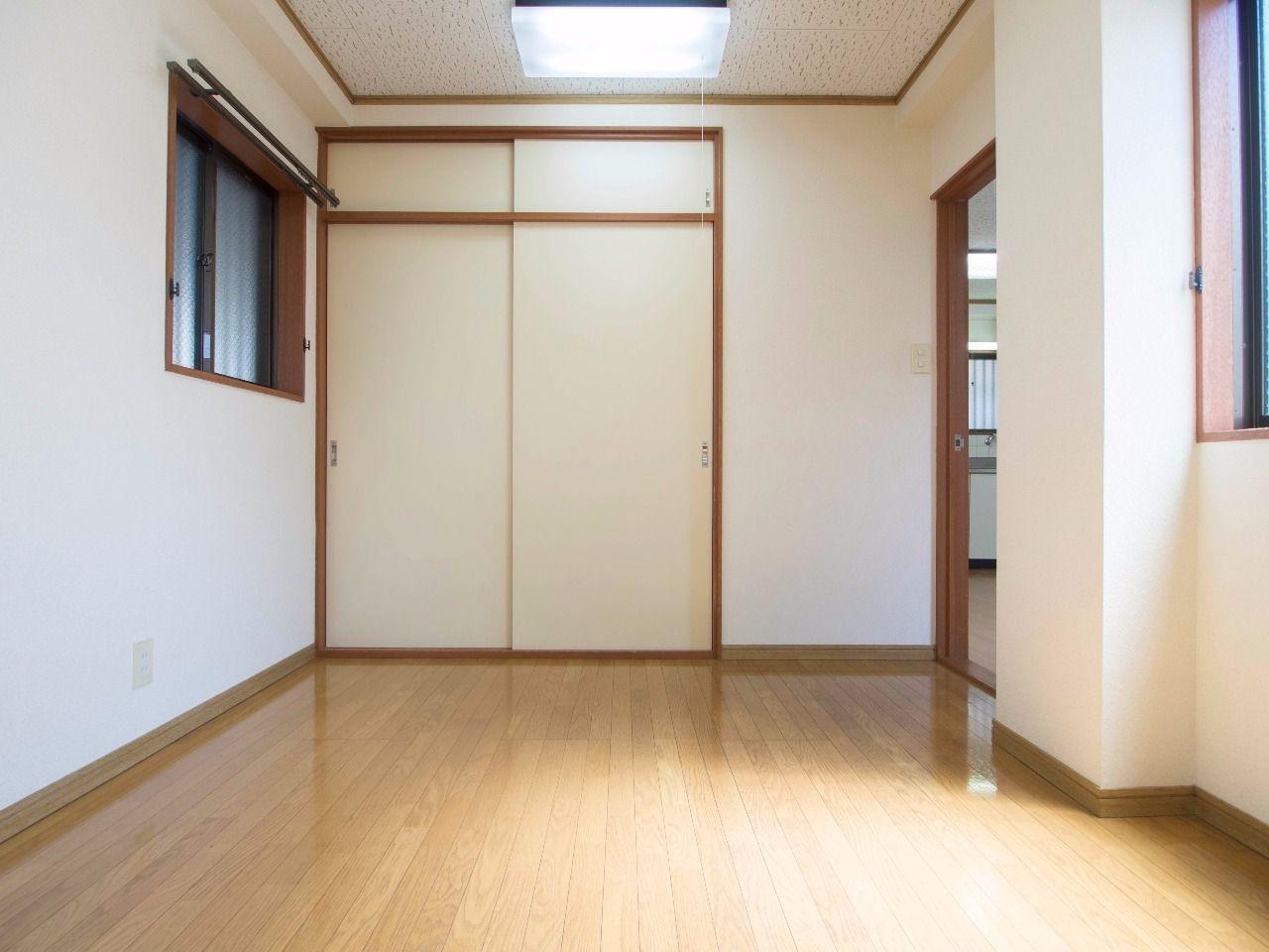 西面窓は共用廊下につながるので、西日が直接当たりません