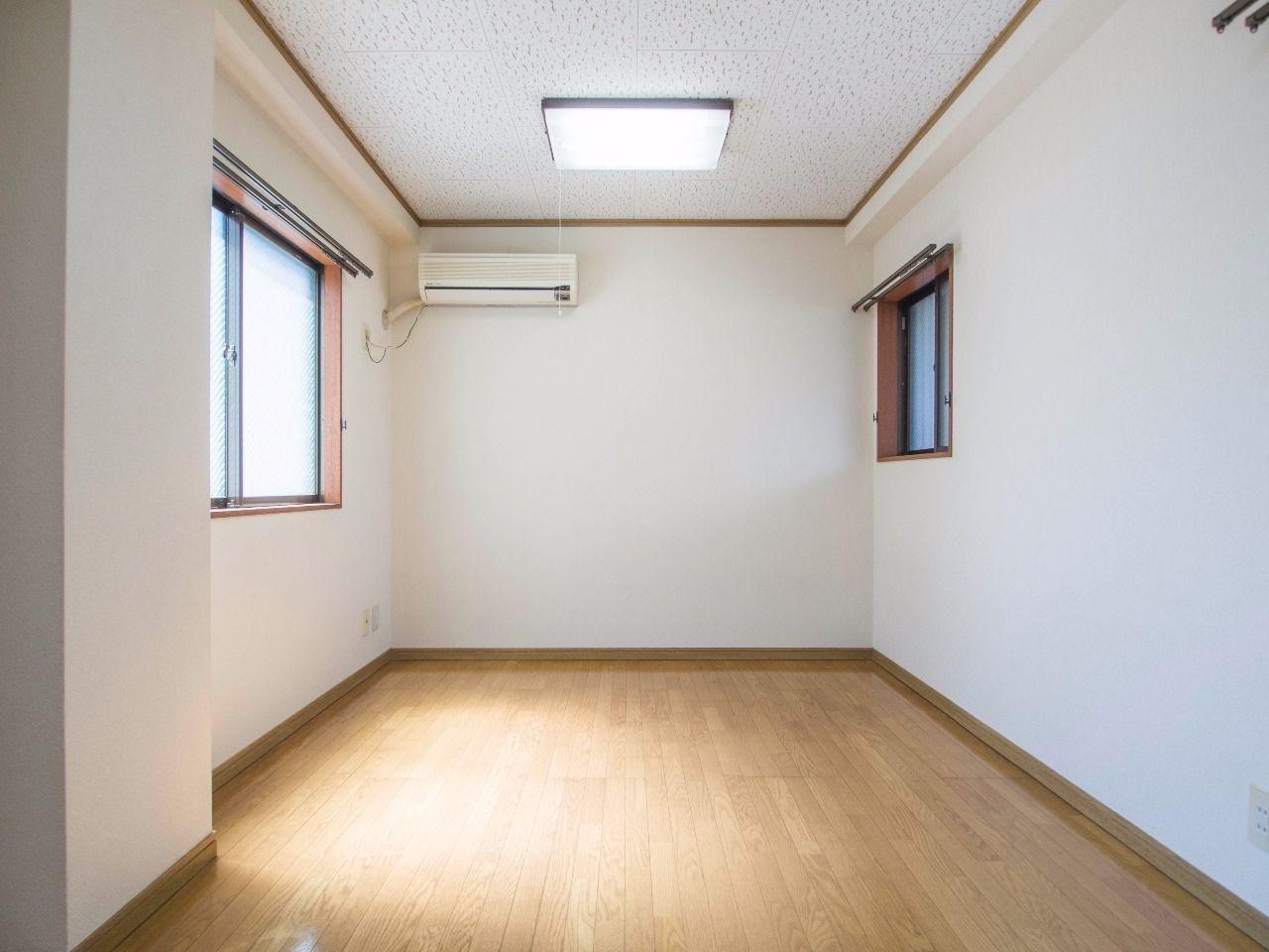 窓が多く風通しの良いお部屋