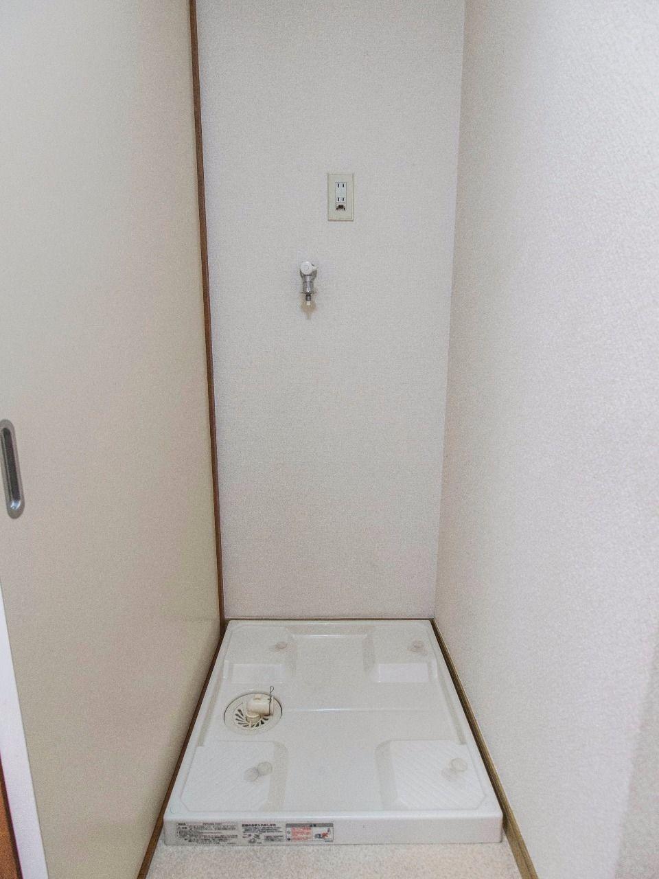 洗面所内の室内洗濯機置場(防水パンは60cm×60cm)
