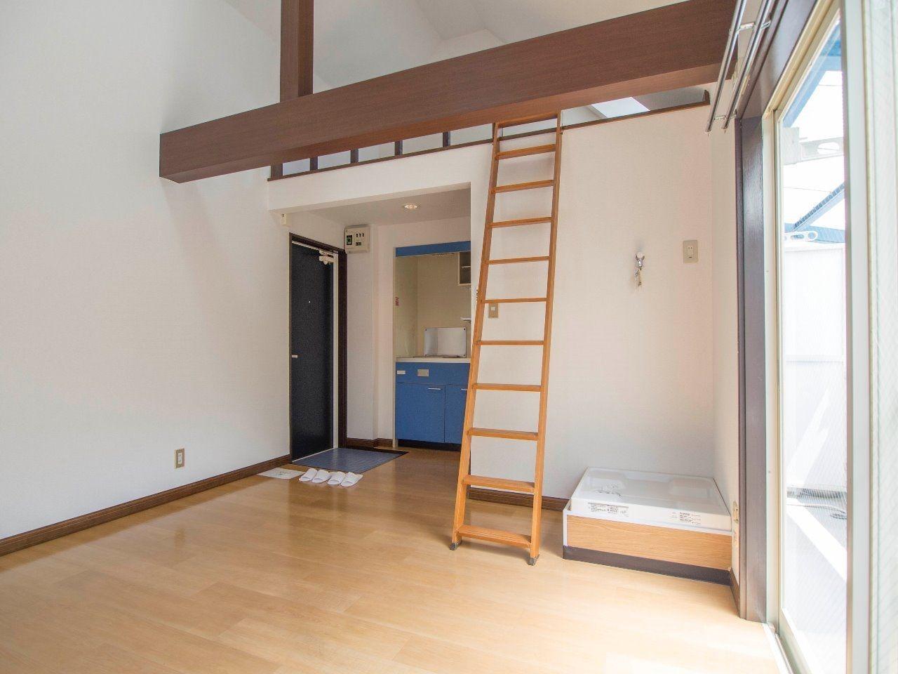 居室の天井は高く、梁が出ていて、遊び心をくすぐります