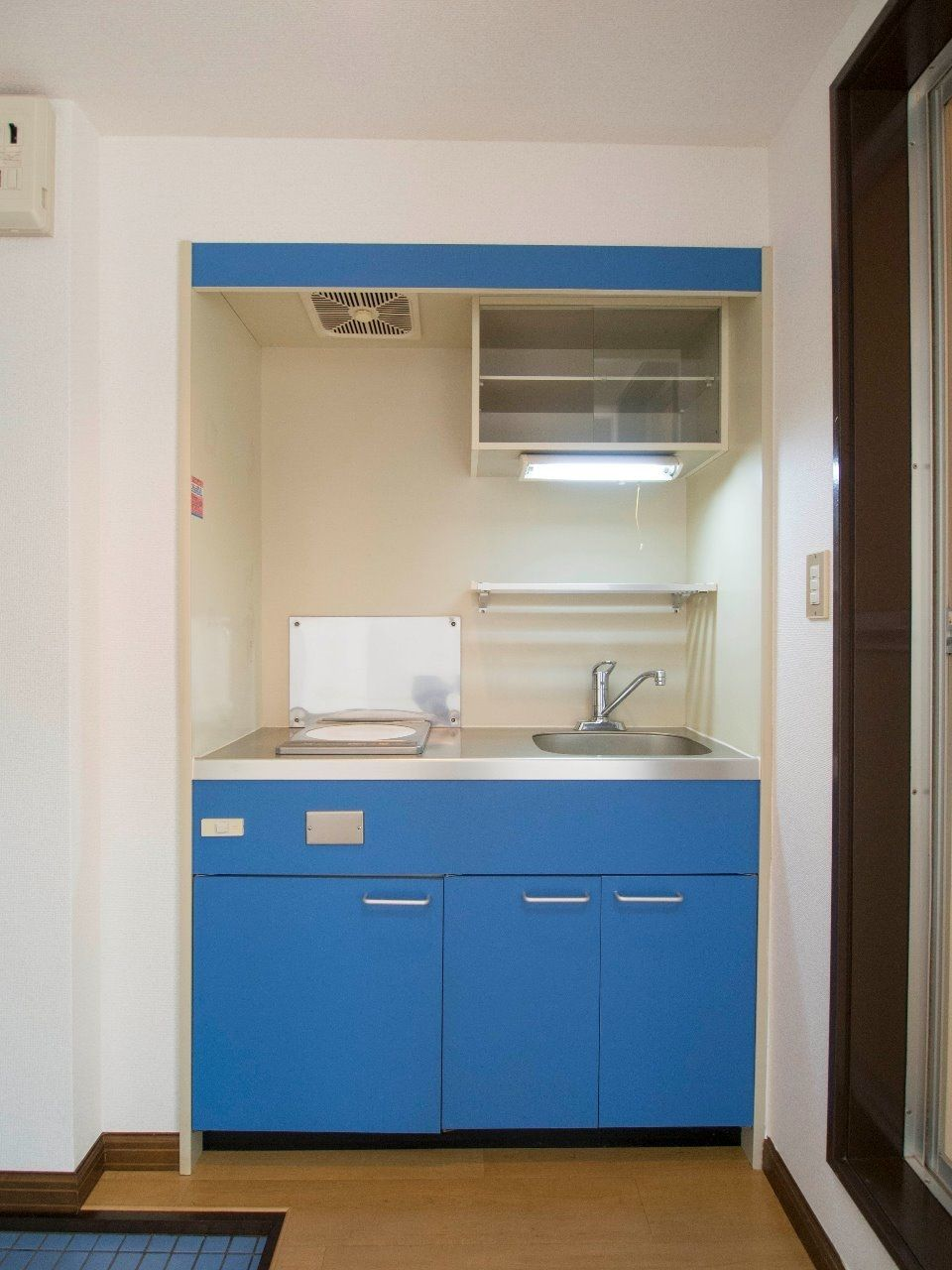 面板が青色の遊び心のあるキッチン