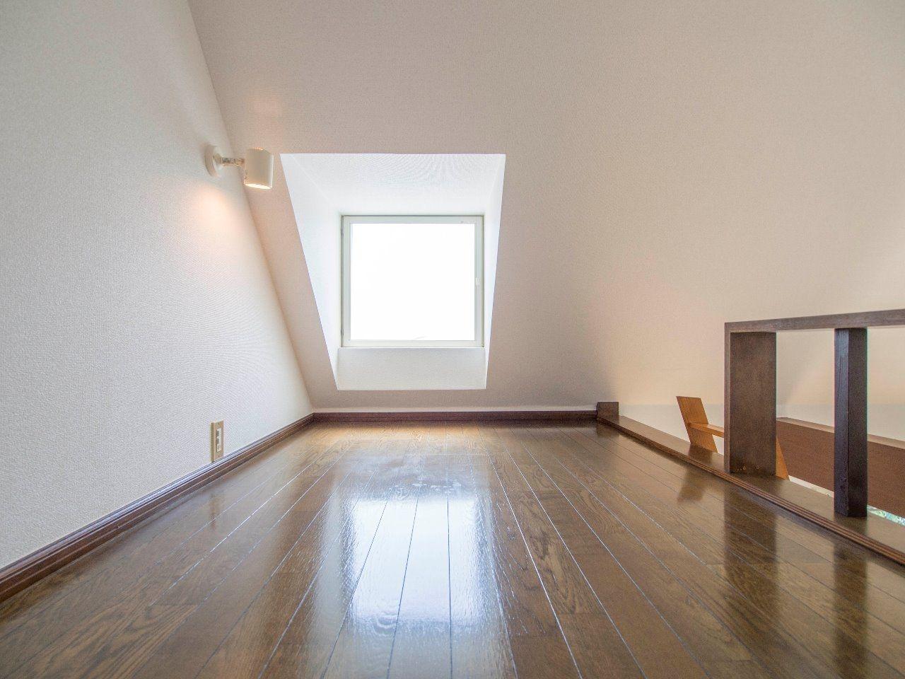 窓のあるロフトは天井も高く、立つことが可能
