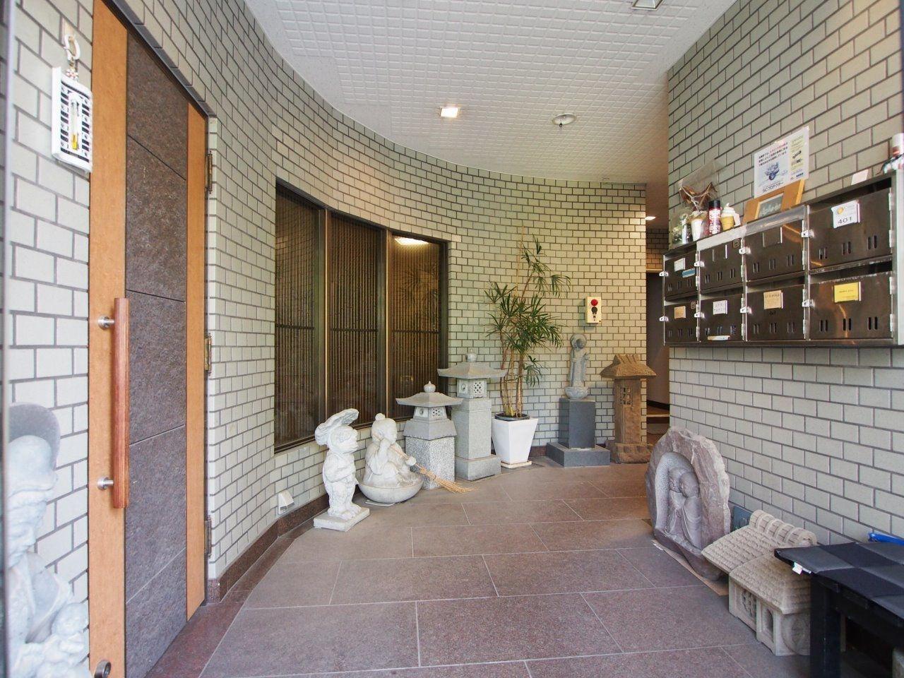 石材店のオーナー様らしく、可愛らしい石像がお出迎え
