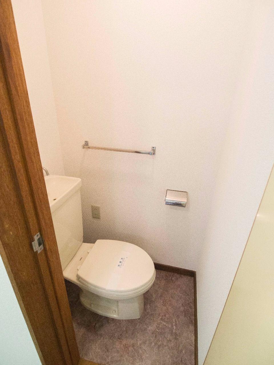 温水洗浄便座に交換可能なように壁にコンセントあり